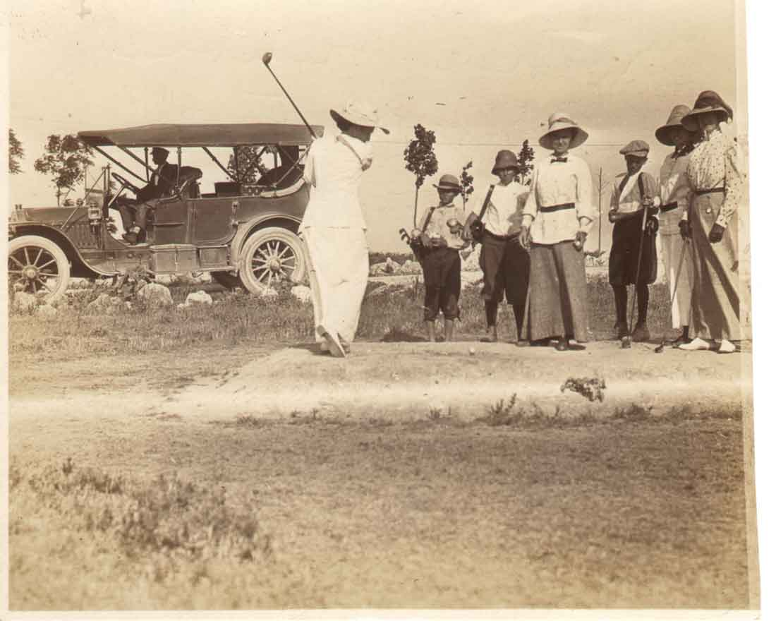 Women golfers tee off in River Crest's inaugural year, 1911. Gretchen Brants Barrett/RCCC Centennial Book
