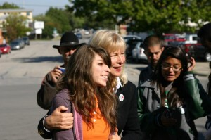 CANDY CLARK HUNG OUT WITH STUDENTS OUTSIDE AFTER HER PRESENTATION IN THE TRIMBLE TECH AUDITORIUM. (photo by jeff prince)